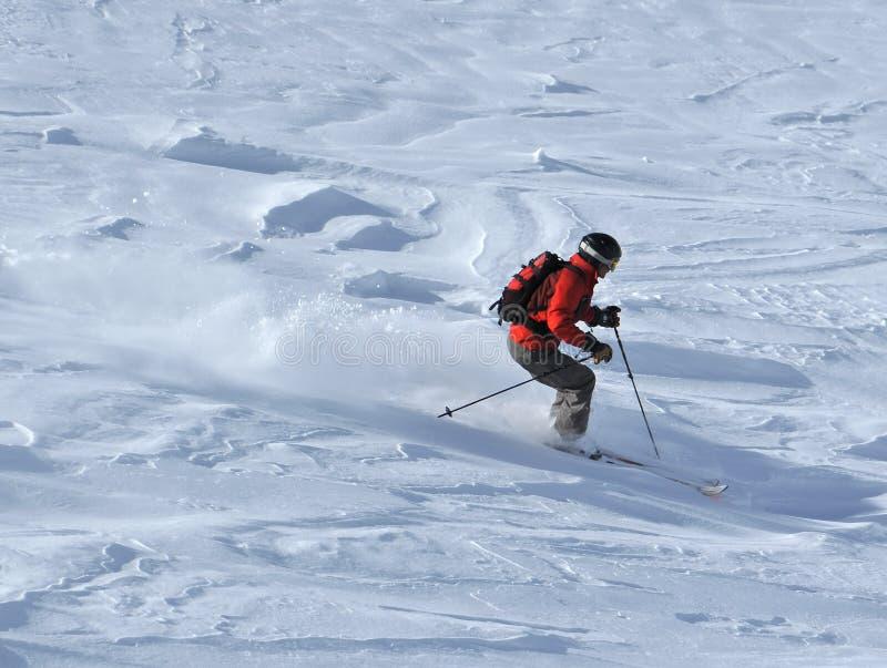 Skieur dans la neige de poudre photo stock