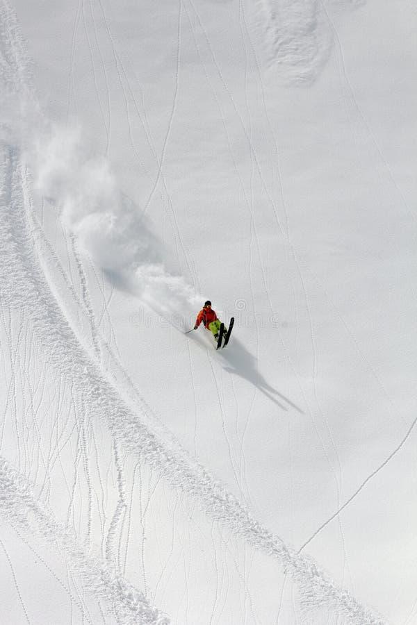 Skieur dans la poudre profonde, freeride extrême images stock