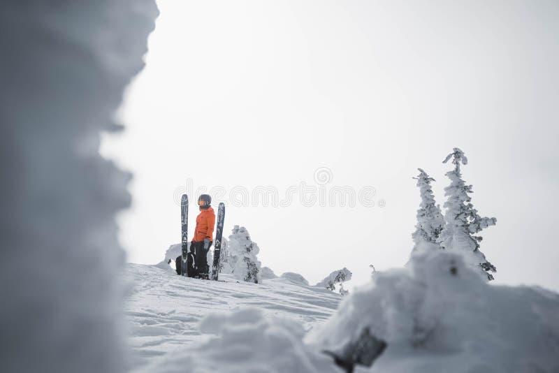 Skieur dans le backcountry d'un paysage neigeux de montagne près de chaîne de Rossland, Canada photos stock
