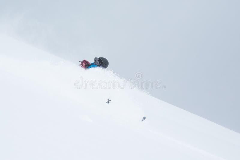 Skieur de Backcountry tournant par la neige profonde de poudre du Hokkaido Japon photo libre de droits