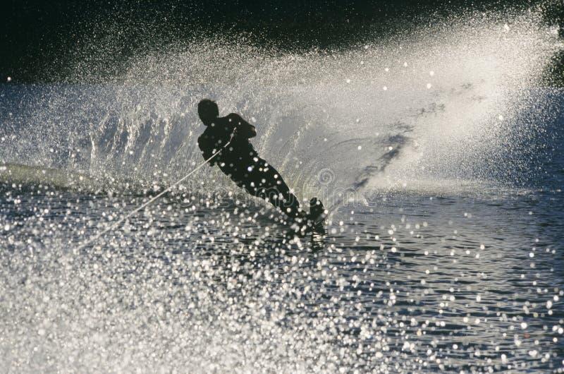 Skieur de l'eau de silhouette dans l'action photos libres de droits