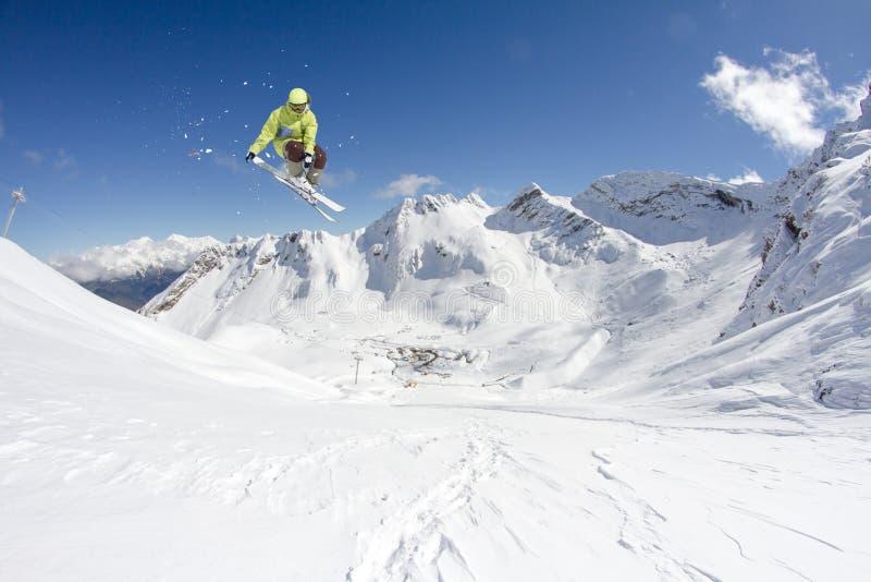Skieur de vol sur des montagnes Sport d'hiver extrême photo stock