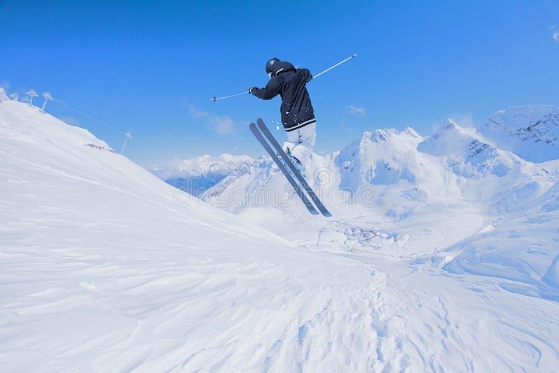 Skieur de vol sur des montagnes Sport d'hiver extrême photos stock