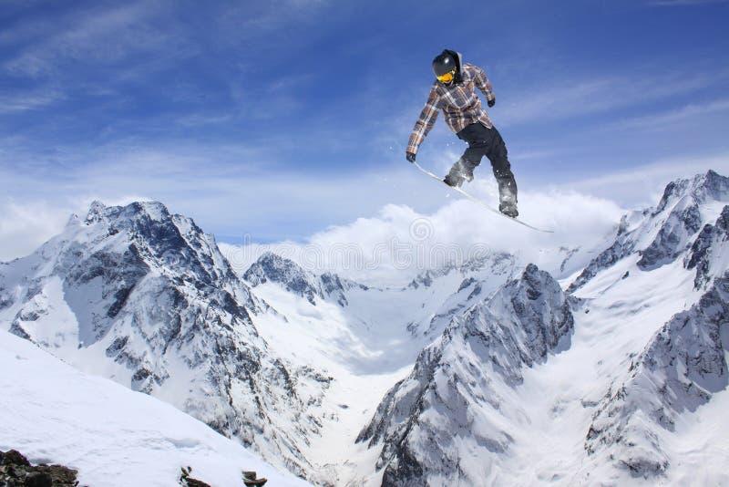 Skieur de vol sur des montagnes, sport extrême photographie stock