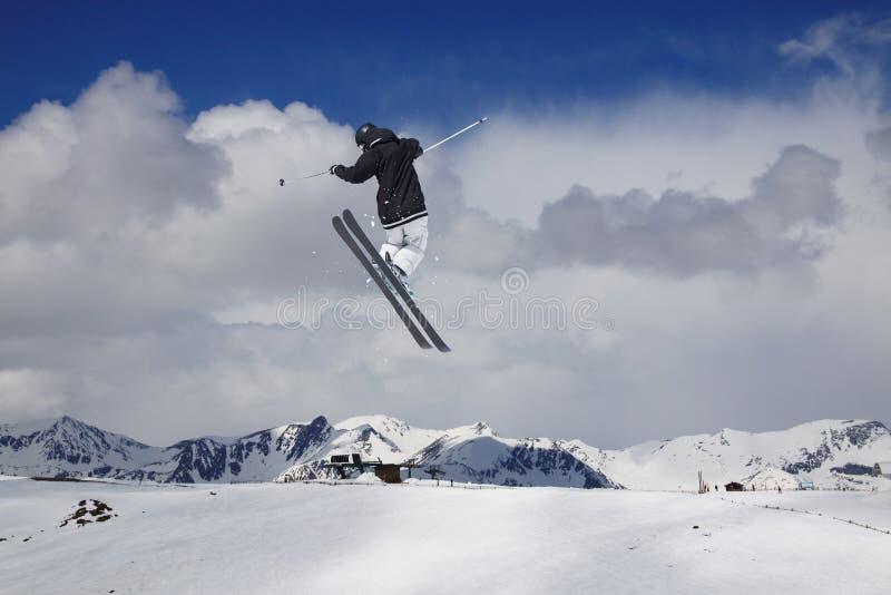 Skieur de vol sur les montagnes neigeuses Sport d'hiver extrême, ski alpin photographie stock libre de droits