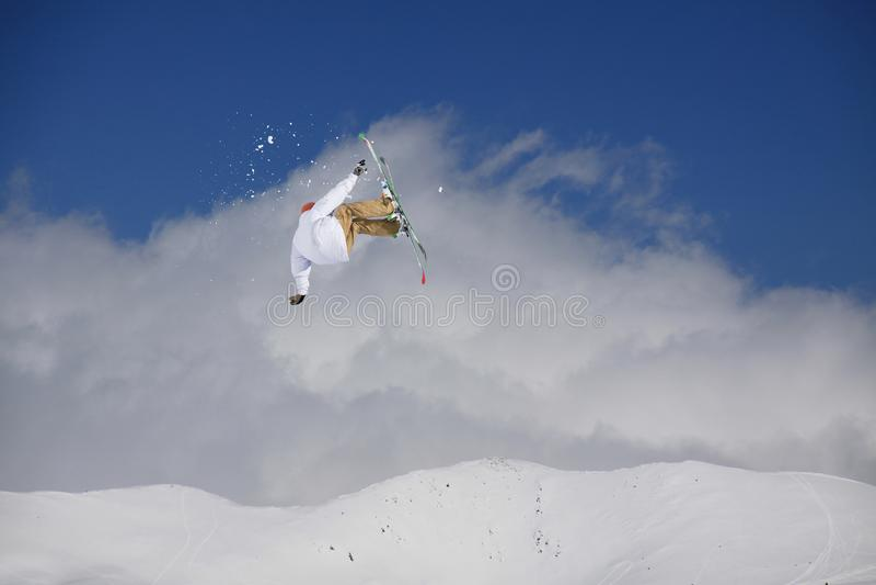 Skieur de vol sur les montagnes neigeuses Sport d'hiver extrême, ski alpin images libres de droits