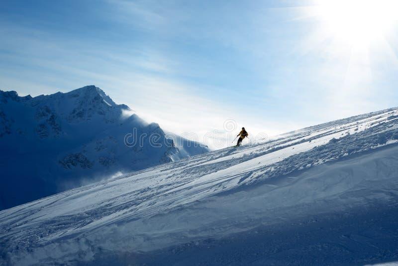 Skieur descendant la pente images libres de droits