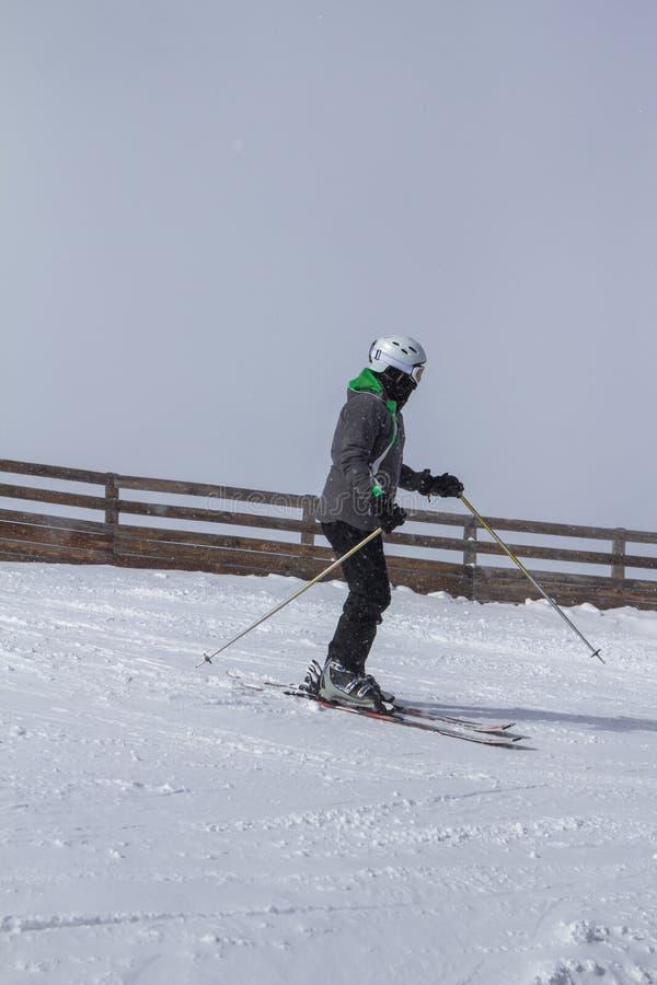 Skieur en hautes montagnes images stock