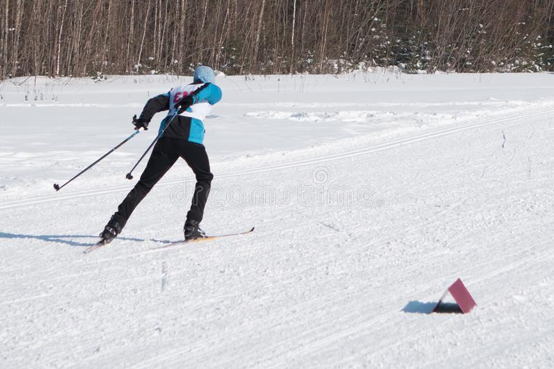 Skieur en montagnes, piste préparé et jour ensoleillé image stock