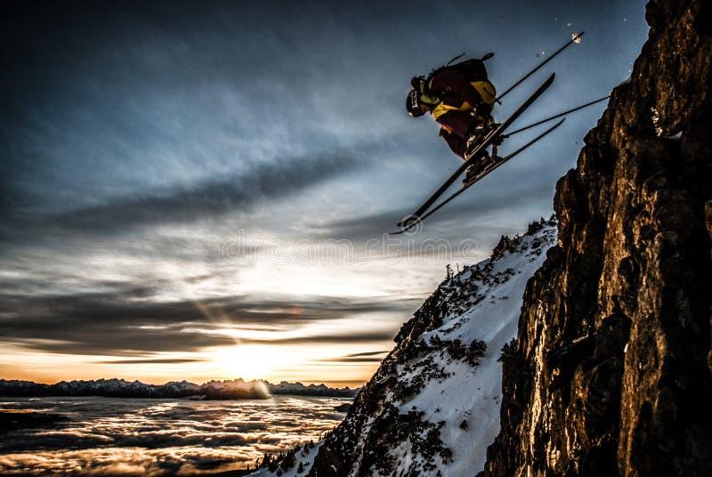 Skieur en vol photographie stock libre de droits