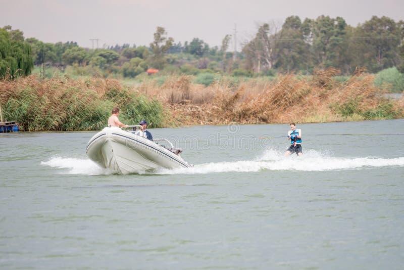 Skieur et bateau sur la rivière de Riet image libre de droits