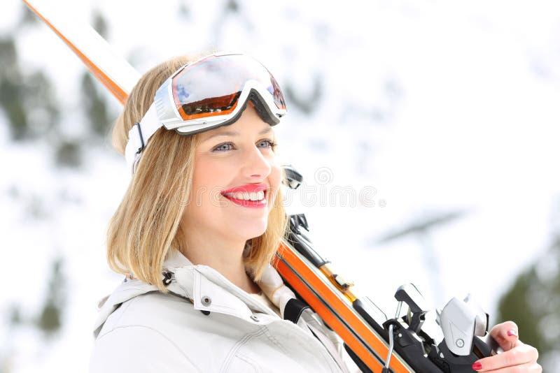 Skieur heureux regardant la montagne neigeuse image libre de droits