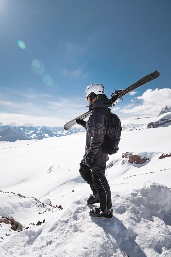 Skieur masculin barbu de portrait de croissance ?g? sur le fond des montagnes de Caucase couronn?es de neige Un ski de port d'hom images stock