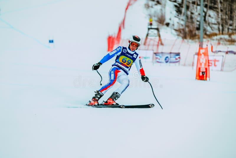Skieur masculin de jeune athlète après finition de course en descendant des montagnes pendant la tasse russe dans le ski alpin images libres de droits