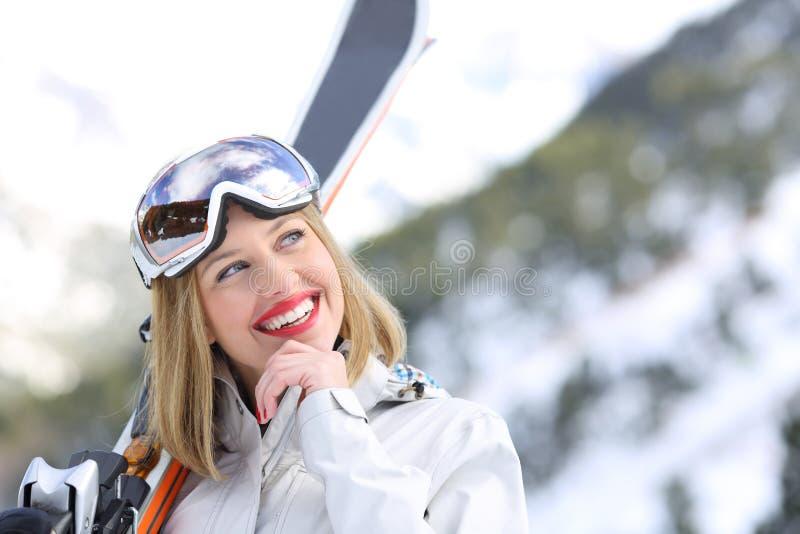 Skieur pensant regardant le côté dans des vacances d'hiver image libre de droits
