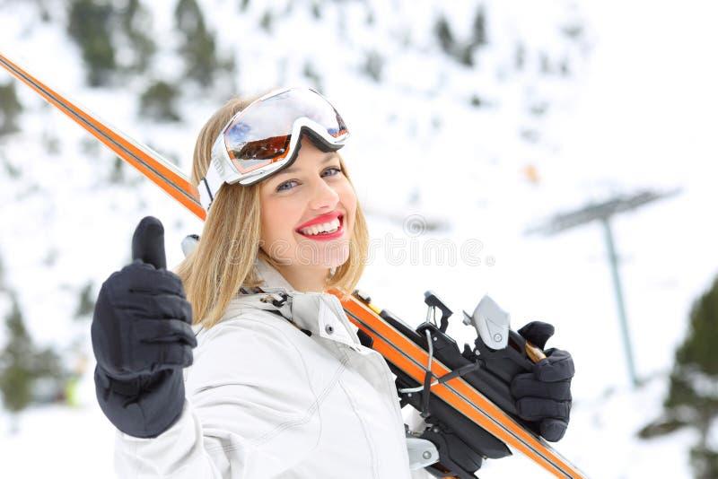 Skieur prêt au ciel regardant l'appareil-photo avec le pouce  photos libres de droits