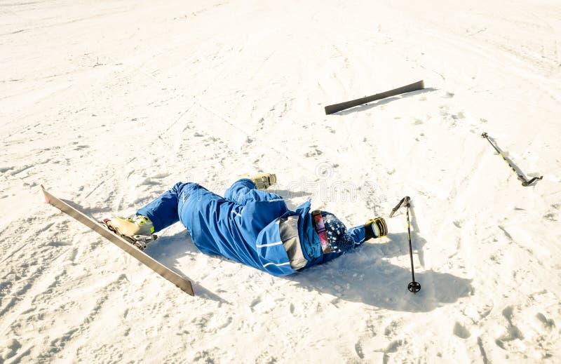 Skieur professionnel après accident d'accident sur la pente de station de sports d'hiver photographie stock libre de droits