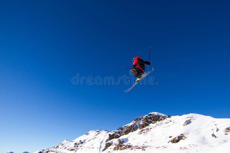 Skieur sautant photographie stock libre de droits