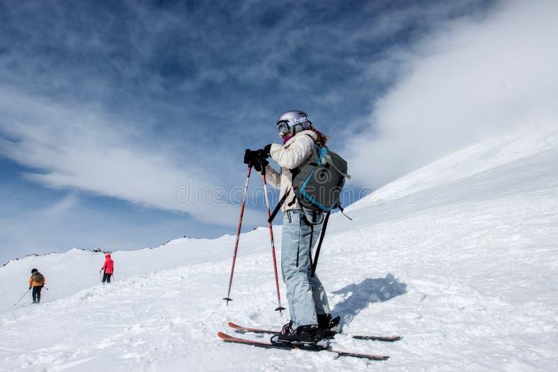Skieur se tenant sur une pente image libre de droits