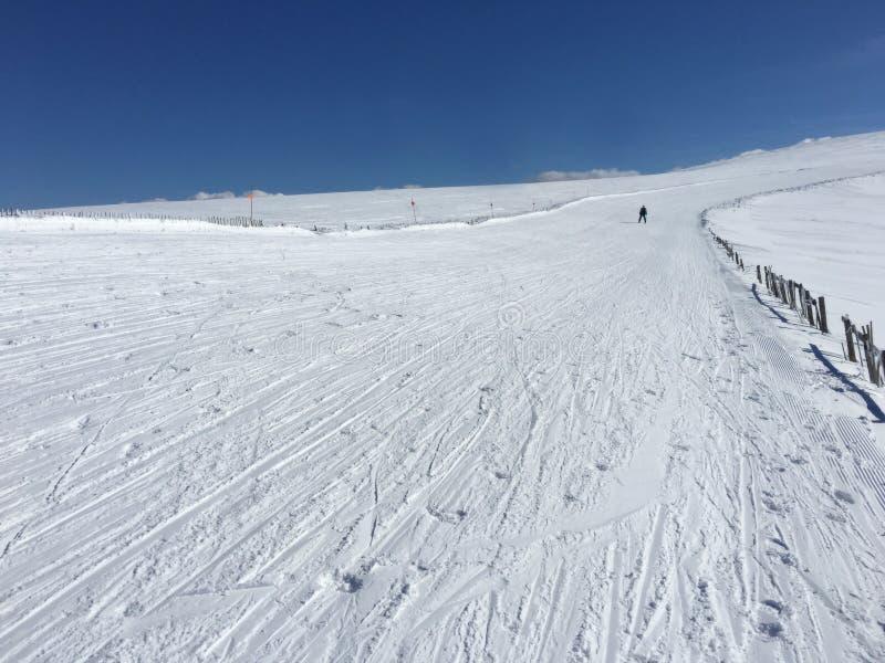 Skieur simple solitaire sur la station de sports d'hiver alpine pendant la récession photos libres de droits