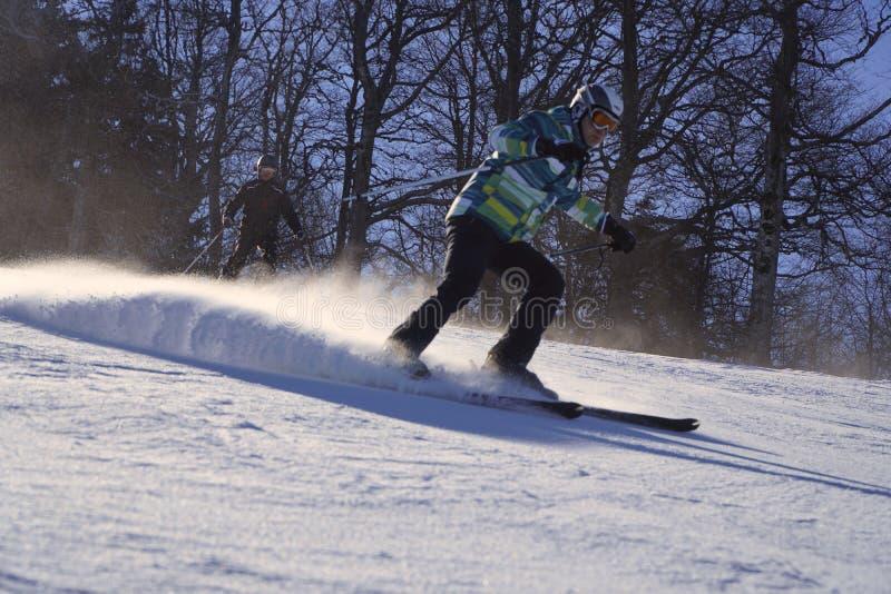 Skieur skiant en descendant en hautes montagnes photographie stock libre de droits