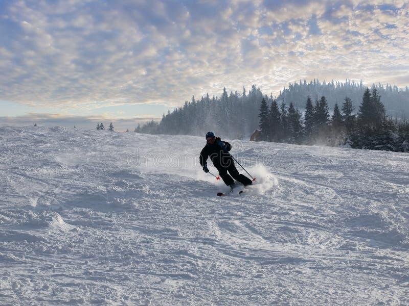 Skieur sur la piste de ski photos libres de droits