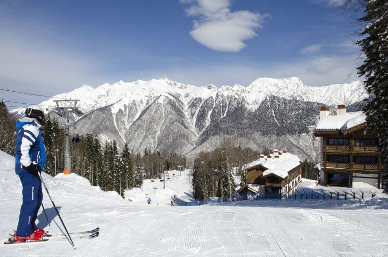 Skieur sur le dessus de la pente sur une station de sports d'hiver de montagnes de Caucase de jour ensoleill? Laura Russia image libre de droits