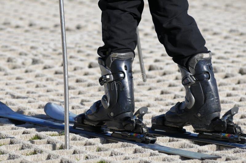 Skieur sur une pente sèche de ski image stock
