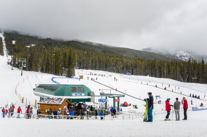 Skieurs à la station de vacances de ciel de Luoise de lac photos stock