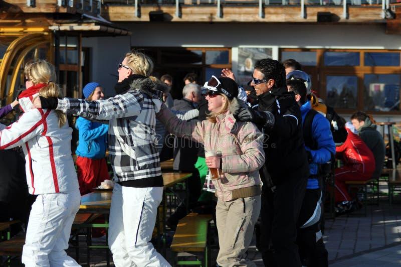 Skieurs à une réception dans les Alpes autrichiens photo libre de droits