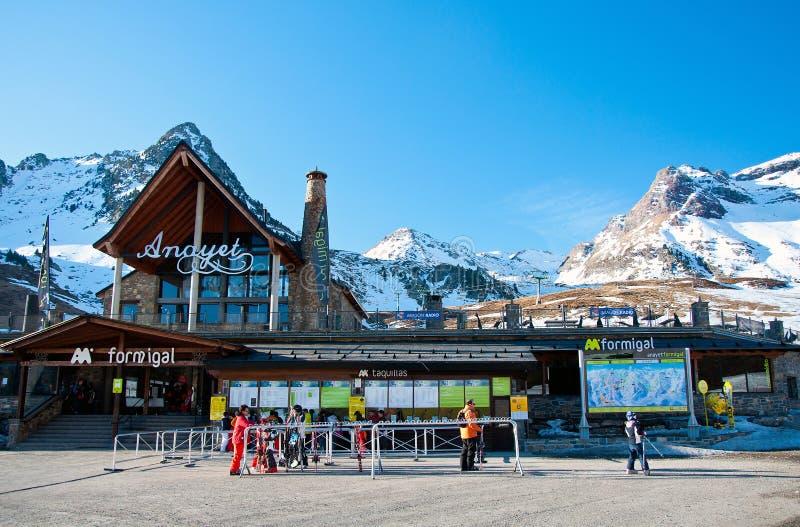 Skieurs dans Formigal - gare espagnole de ski images stock