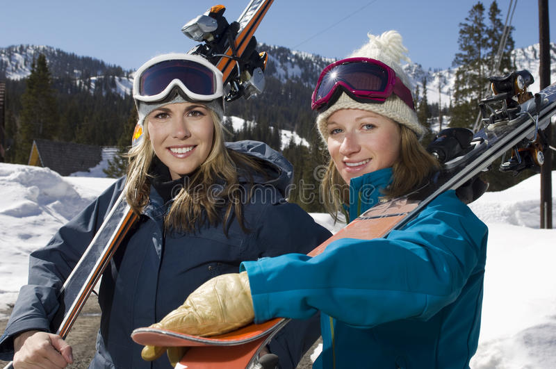 Skieurs féminins avec Ski Boards photos stock