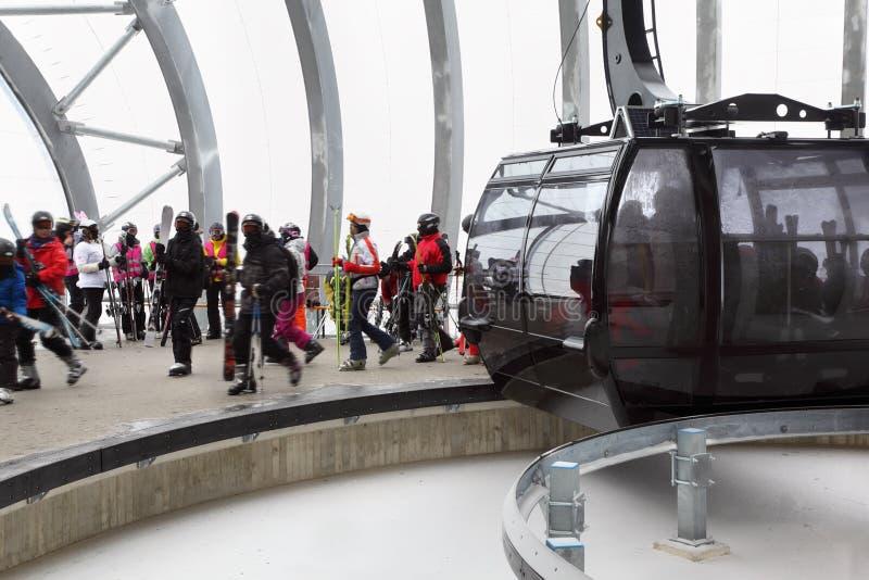 Skieurs hors de cabine de funiculaire photographie stock