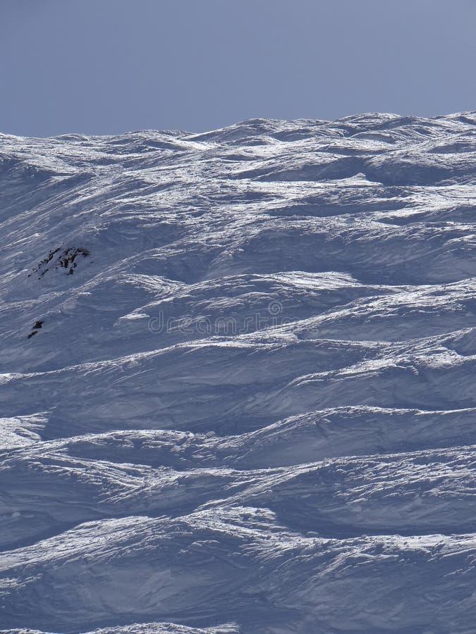 Skieurs sur la piste dans le secteur alpin élevé de ski photo stock