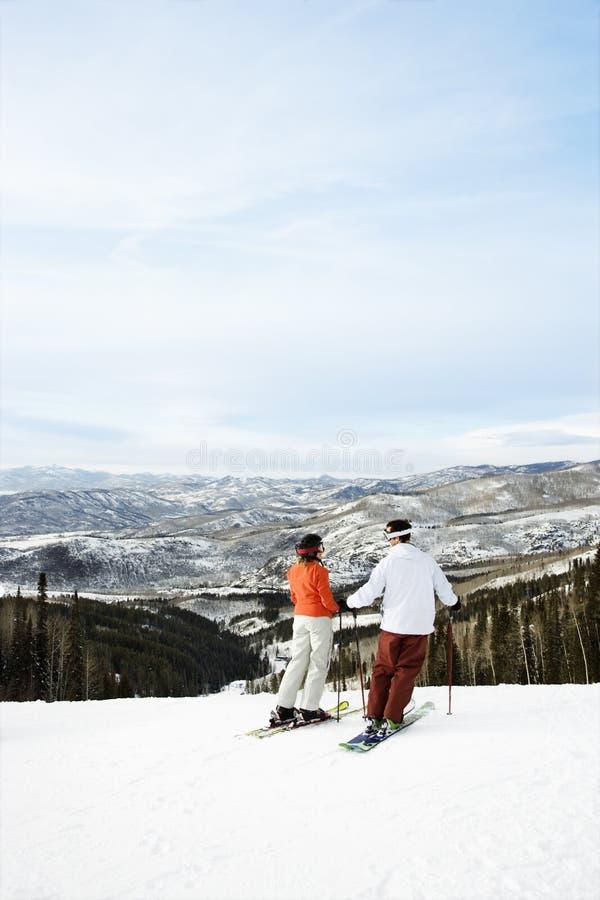 Skieurs sur la vallée de négligence de montagne images libres de droits