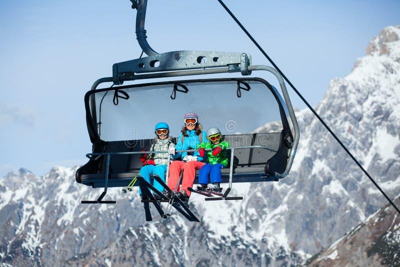 Skieurs sur un remonte-pente. photos stock