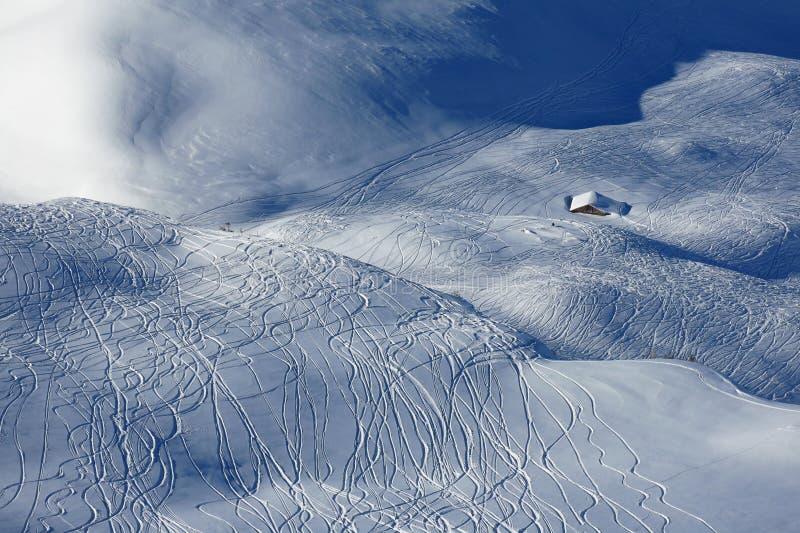 Skiez et faites du surf des neiges les voies dans la neige de poudre, secteur de ski de Stoos photo libre de droits