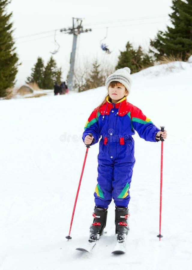 Skifahren des jungen Mädchens lizenzfreies stockfoto