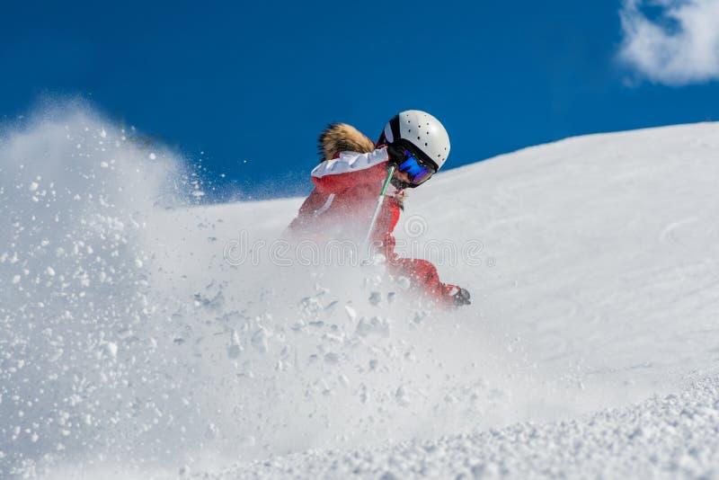 Skifahren des jungen Mädchens lizenzfreie stockbilder
