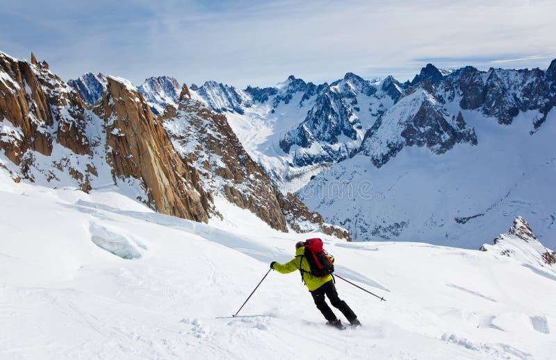 Skifahren des Mannes lizenzfreie stockbilder