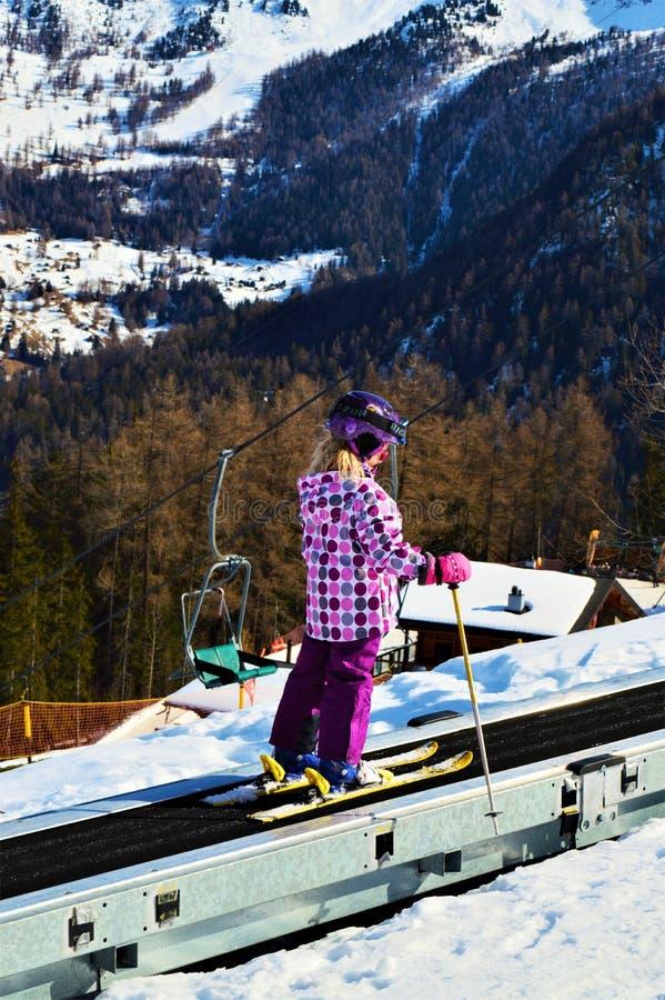 Skifahren und Sessellifte in den Schweizer Alpen lizenzfreie stockfotos