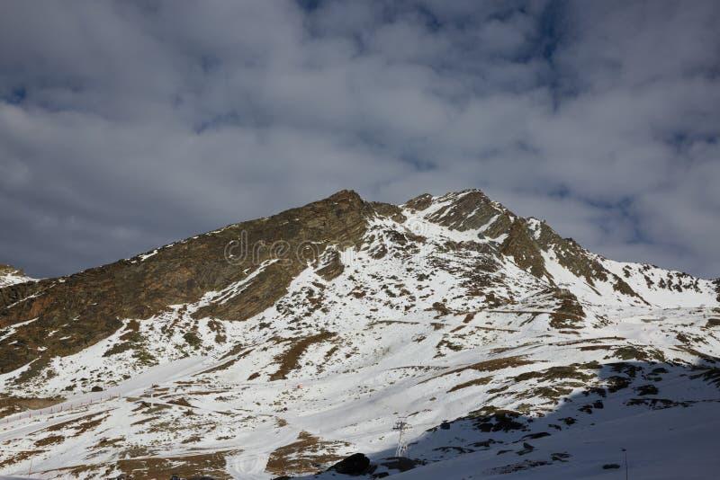 Skifahren und Snowboarding in den Alpen stockfoto