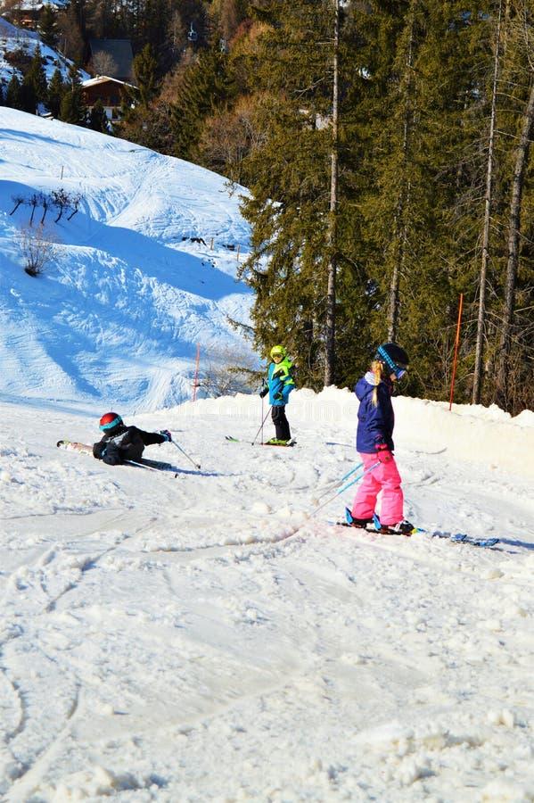 Skifahrenbahn für Kinder in den Schweizer Alpen lizenzfreie stockbilder