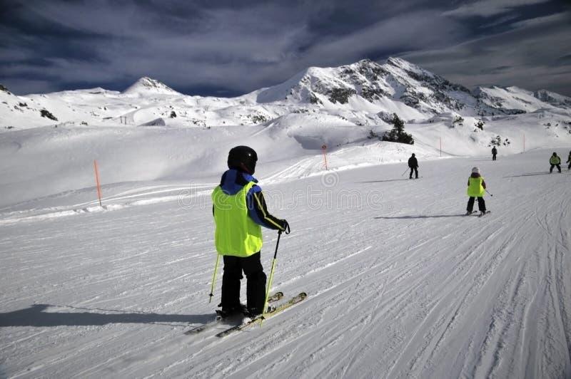 Skifahrensteigung lizenzfreies stockfoto