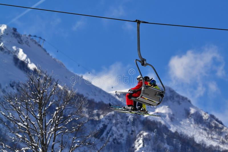 Skifahrer auf der Drahtseilbahn lizenzfreies stockbild