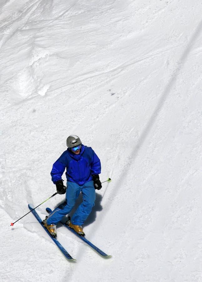 Skifahrer auf einer Steigung stockbild