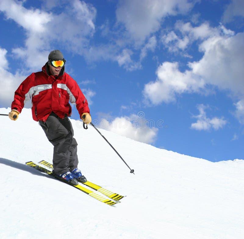 Skifahrer auf einer Steigung stockfoto