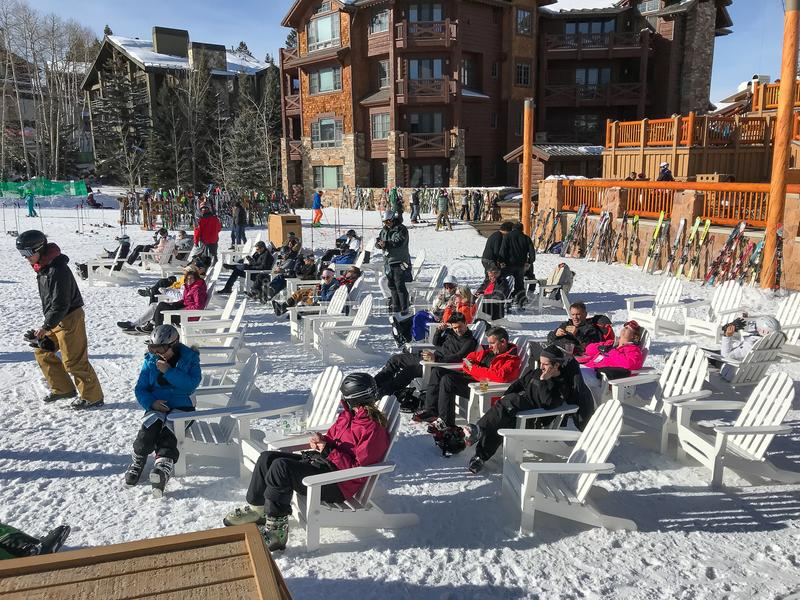 Skifahrer auf Mittagspause bei Deer Valley lizenzfreies stockbild