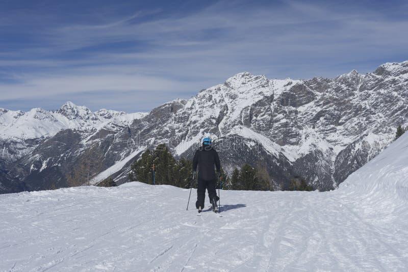 Skifahrer auf Mountieshöhe am sonnigen Tag stockbild