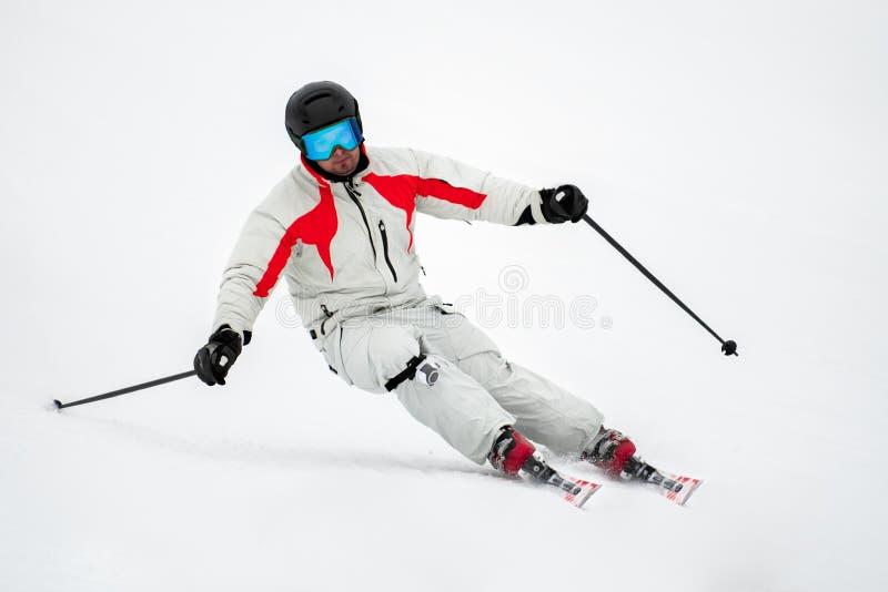 Skifahrer auf Piste in den Bergen stockfoto